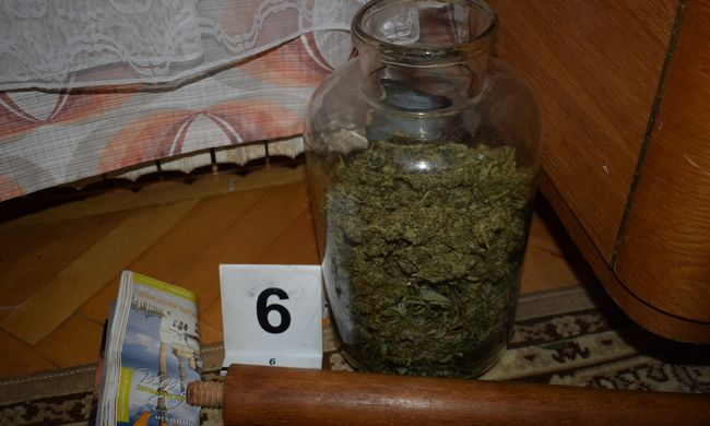 Lecsapott a rendőrség egy pécsi lakásra, befőttes üvegekben találták meg a több kiló kábítószert
