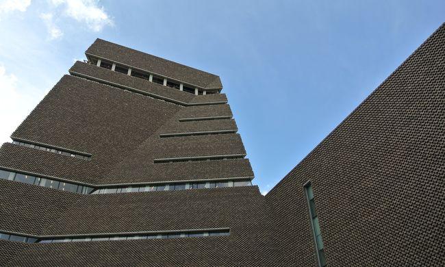 A múzeum tetejéről fotózgatják a társasház lakóit, teljesen belátni a szemben élők otthonaiba
