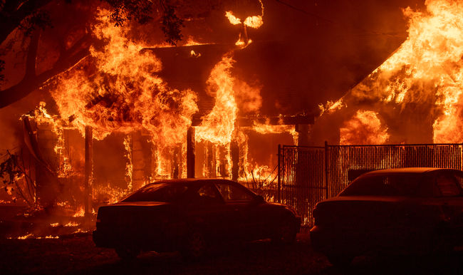 Rendkívüli állapotot hirdettek, 500 tűzoltót riadóztattak a gyorsan terjedő tűz miatt Kaliforniában
