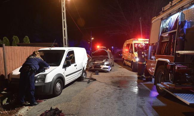 Helyszíni fotók, a semmiből érkezett autó csapódott a másikba Szentendrén