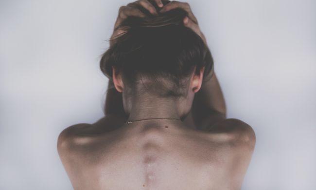 Ollóval vágták le a ruháját: nyaralásán erőszakolták meg a 21 éves brit nőt