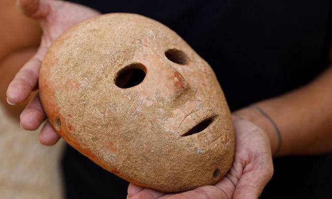 Különleges látvány ez a lelet: tökéletesre csiszolt kőmaszkra bukkantak a régészek
