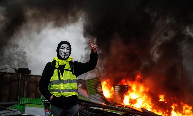 Meghátrált Macron, eleget tett a sárgamellényesek követelésének