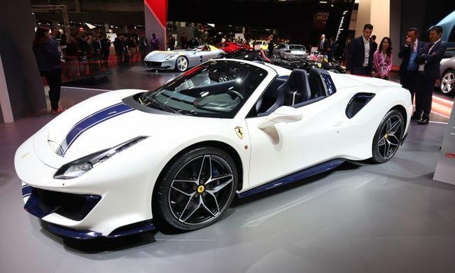 Együléses Ferrari és 700+ lóerős Aston Martin Párizsban