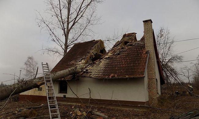 Megrendítő fotók, kettészakadt egy ház Pest megyében