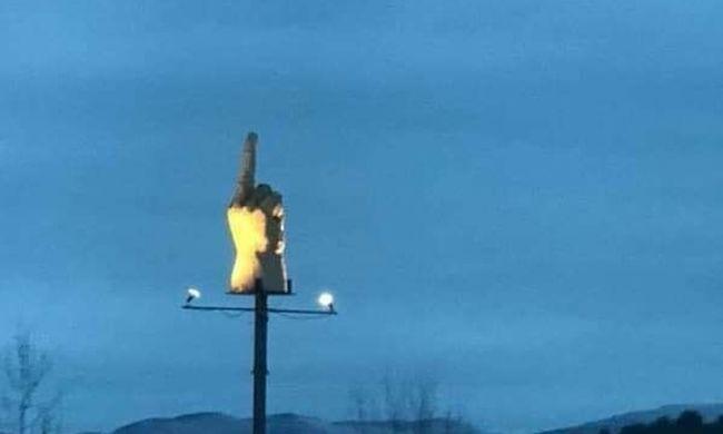 Elképesztő látvány a kisváros határában: több mint egy milliót költött a trágár jelre egy bosszús férfi