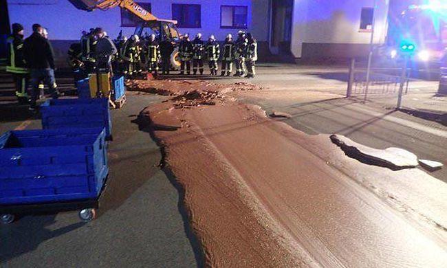 Így még nem láthatta a tűzoltókat: csokikatasztrófa történt Németországban - fotó