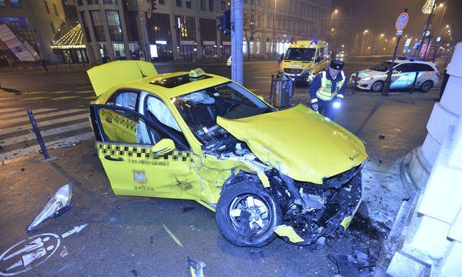 Súlyos taxis baleset történt hajnalban, fotók jöttek a belvárosból