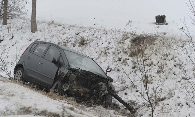 Ezek az első helyszíni fotók: tragikus baleset Pest megyében, kirepült egy ember a kocsiból