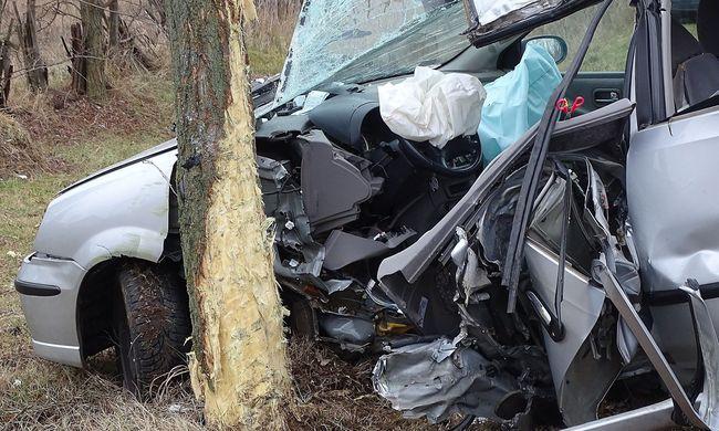Megrendítő képek a reggeli balesetről: esélye sem volt a sofőrnek