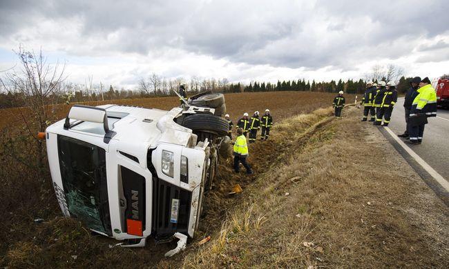Helyszíni fotó: benzint szállító tartálykocsi karambolozott Nagykanizsánál