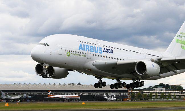 Kiterjedt tűz a repülőgép gyártóbázison: még nem tudni mekkora a kár