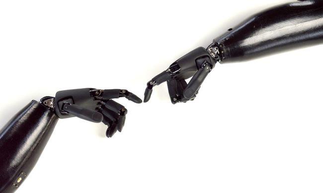 Megható, amit az édesapa tett 11 éves fiáért: házilag készített neki több színben is robotkart