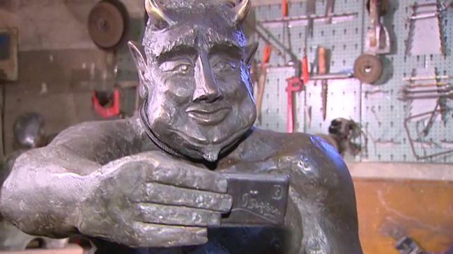 Mosolygós, kedves Sátán szobrot készítettek a történelmi városnak - kiakadtak a lakók
