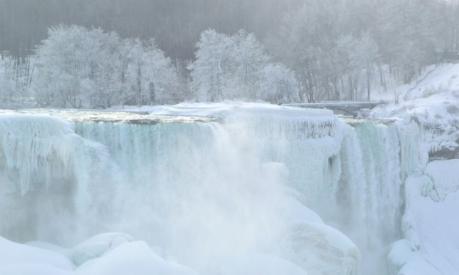 Elképesztő látványra ébredtek az amerikaiak: befagyott a Niagara-vízesés