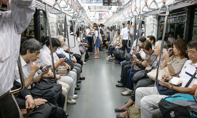 Ingyen reggelit osztogatnak a metróban, így akarják elkerülni a tömegnyomort Tokióban
