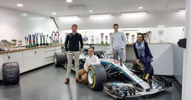 Anderle Dávid a Mercedes Forma-1 főhadiszállásán programoz