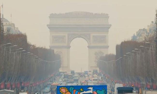 Feltűnt egy különös figura Párizs utcáin: mindenki megáll egy pillanatra, amikor meglátja