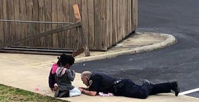 Gázszivárgás miatt riasztották a rendőrt, leült játszani a gyerekekkel