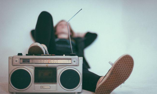Különös utasítás: napközben nem játszhatják ezeket a zeneszámokat a rádiók