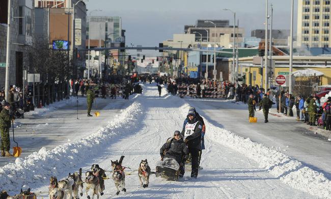 Kamionokkal szállították a havat a világ legkeményebb kutyaszánversenyéhez