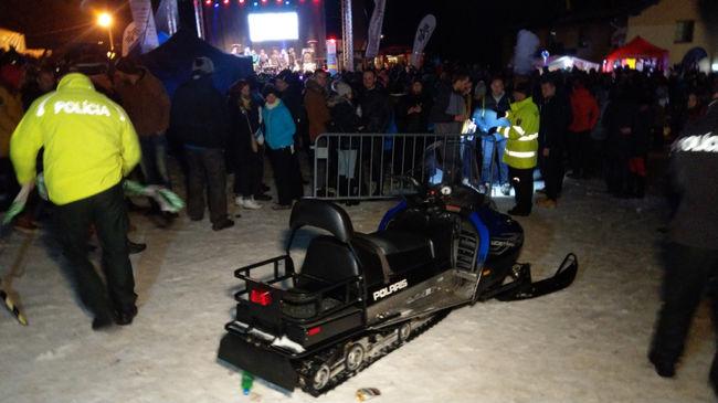 Koncertező emberek közé hajtott motoros szánnal a részeg sofőr-Videó