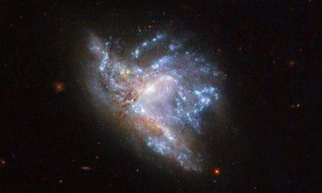 Elképesztő látvány, így néz ki két galaxis összeütközése