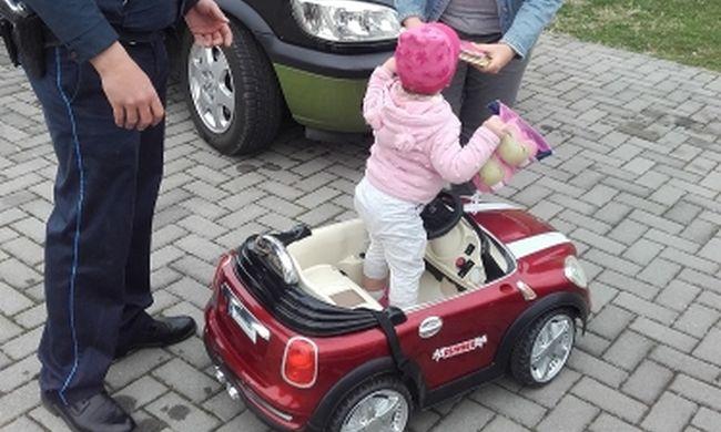 Kivonult a rendőrség, hároméves kislány játékát lopták el Ászáron